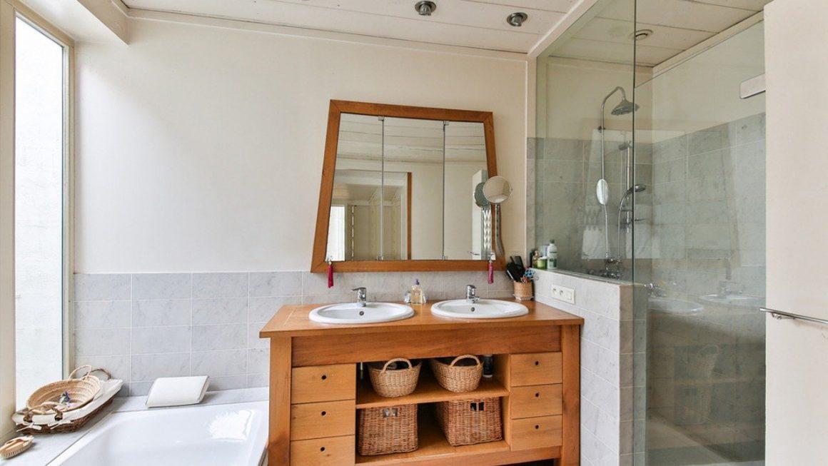 salle de bain avec un meuble en bois et une douche à l'italienne