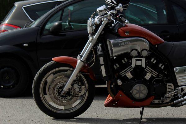 Permis moto ou voiture : par quoi commencer ?